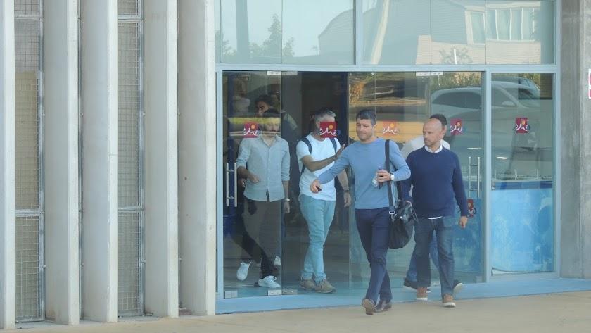 Pedro Emanuel saliendo con su cuerpo técnico del Estadio.