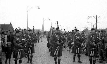 Photo: 0011. Bevrijdingsparade, doedelzakspelers (uit Canada?) en burgers op de Groot Hertoginnebrug. 21 mei 1945.  http://www.loki-travels.eu/