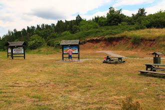 Photo: A bodai sportpályánál lévő feltárás parkosított környezetben található, s megértését táblák is segítik (nagy aktivitású radioaktív hulladékok elhelyezése és a BAF kapcsolata)