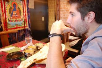 Photo: Pub pour Jawbone dans un restau indien. Le naan au fromage fait pas semblant.