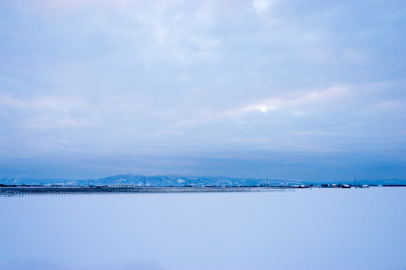 白く霞む東の空