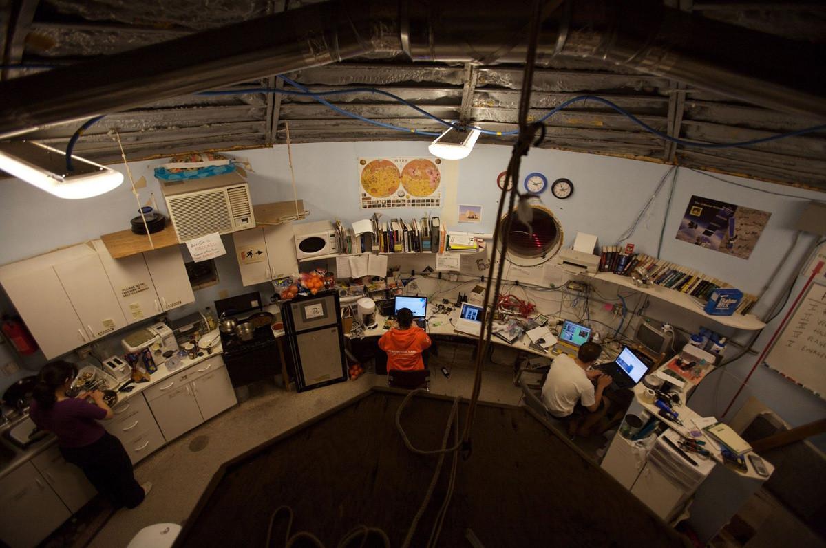 Đội nghiên cứu gồm các kỹ sư điện, dân sự và nhà sinh vật học.