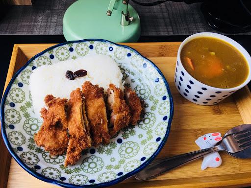 雞排咖喱 米飯口感較硬,我們選擇原味咖喱,所以吃不出特色的地方,但味道還不錯!
