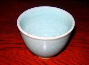 写真: 貫入青瓷ぐい呑 貫入の美を味わいながら呑む酒が美味い 掲載作品のお問い合わせは ℡/FAX 098-973-6100でお願致します。 日展会友:平良幸春作