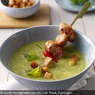 Zucchini-Basilikum-Suppe mit pikanter Salsiccia