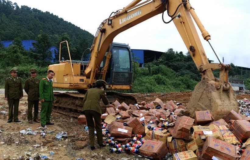 Lực lượng chức năng giám sát việc tiêu hủy nước mắm kém chất lượng
