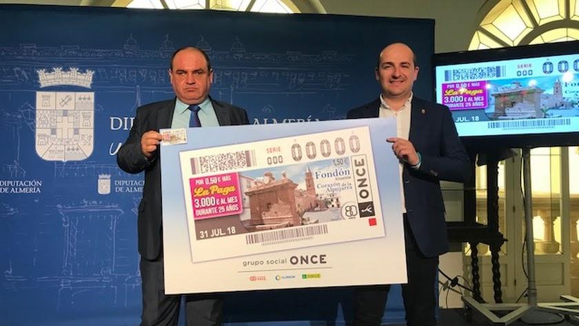 El director de la ONCE y el alcalde de Fondón, con el cupón.