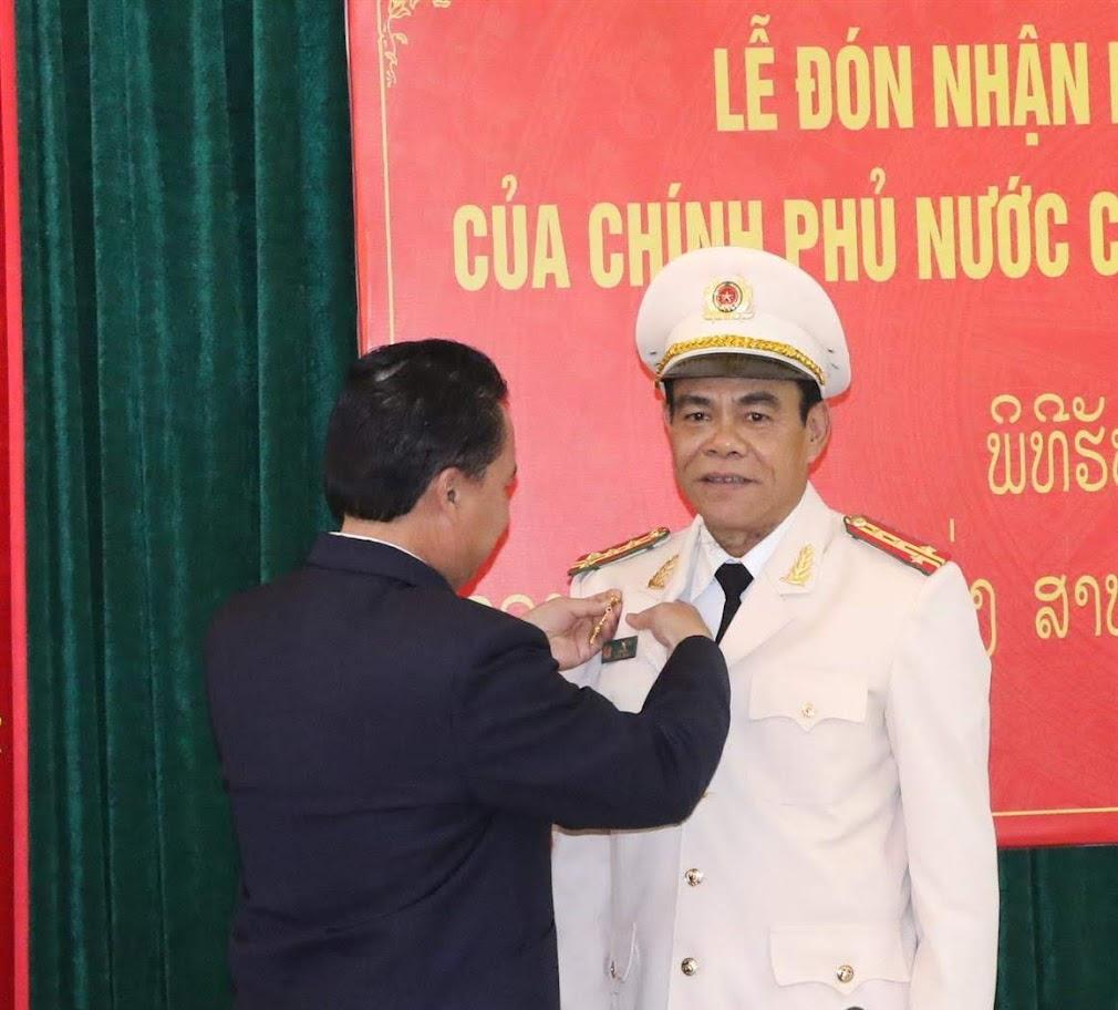 Trao bằng khen của Bí thư - Tỉnh trưởng tỉnh Bô-Ly-Khăm-Xây cho Đại tá Võ Trọng Hải