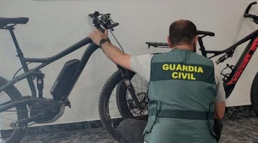 Cuatro menores roban dos bicicletas de la cubierta de un barco en Almerimar