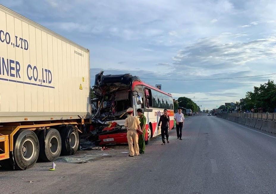 Lực lượng CSGT đã có mặt hiện trường phân luồng giao thông và điều tra nguyên nhân vụ tai nạn