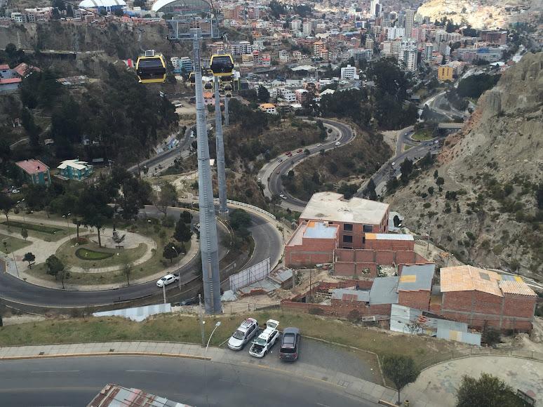 ラパスの急斜面の道路