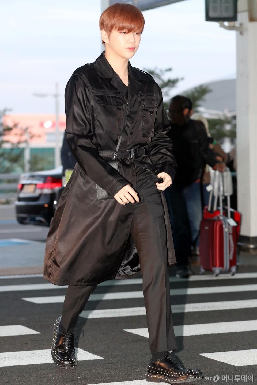 kang daniel airport black 2