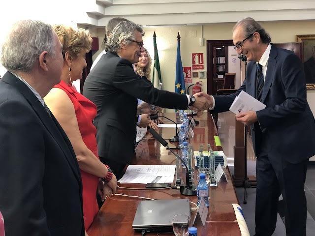 El decano entrega un premio a José Luis Godoy