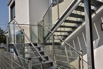 Photo: Stahltreppe mit Glasgeländer und Edelstahlhandlauf