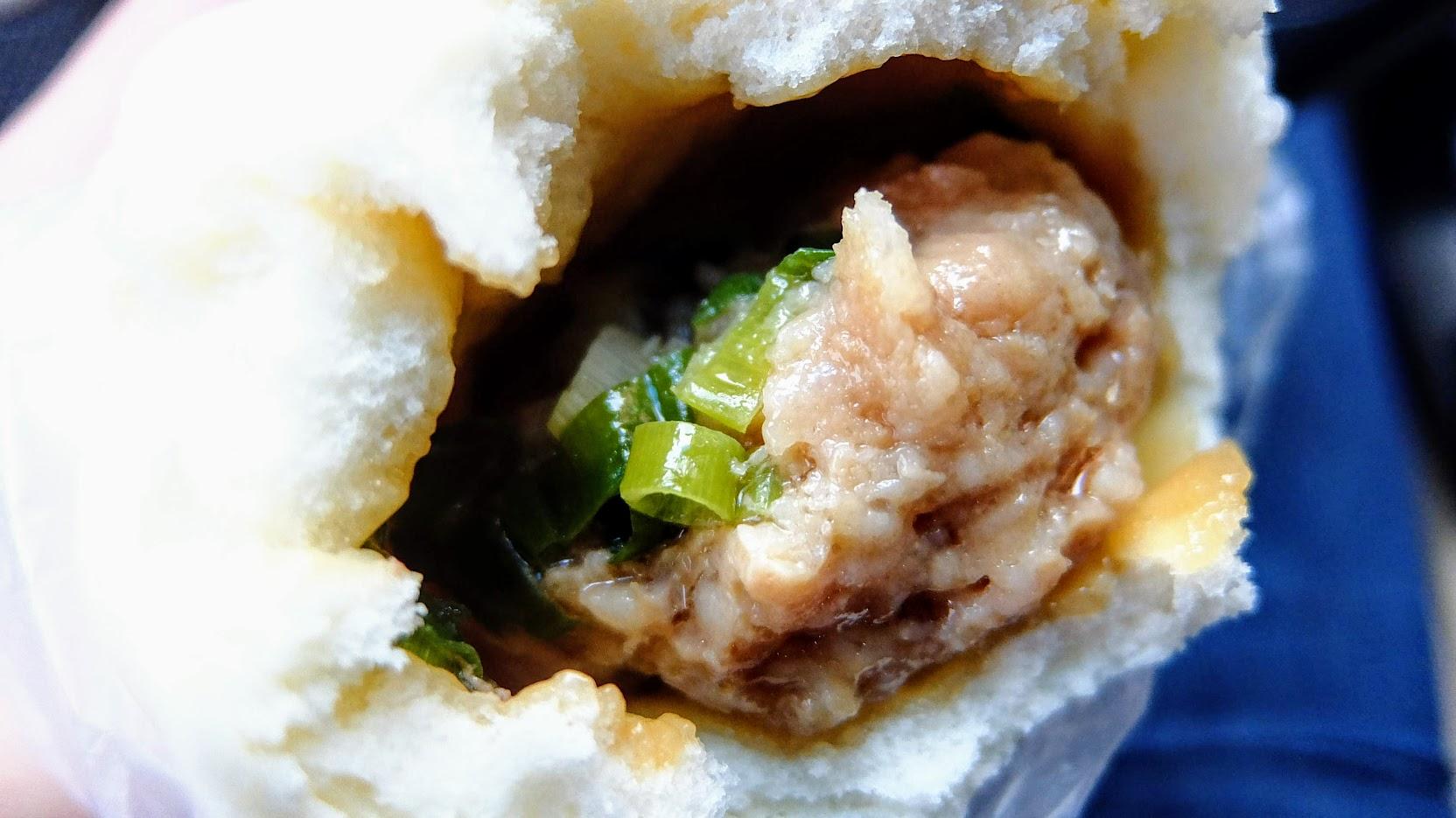 鮮肉包,中間有蔥花提味,有一些油,皮的部分很像老麵那種口感,頗Q,需要咬比較久,感覺咬久了會有一點甜味