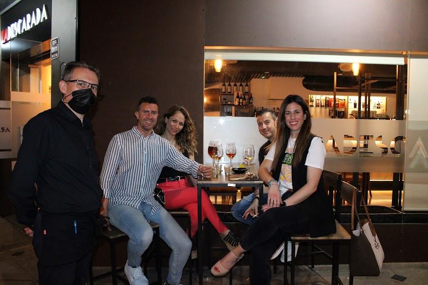 José Miguel López Negrillo, Lidia, Paco y María del Mar junto al gerente de La Descarada.