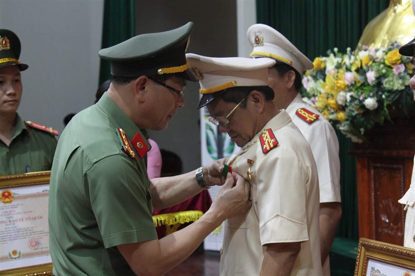 Thừa ủy quyền Chủ tịch nước, đồng chí Giám đốc Công an tỉnh trao Huân chương Bảo vệ Tổ quốc hạng 3 cho Đại tá Hồ Sỹ Tuấn, Phó Giám đốc Công an tỉnh