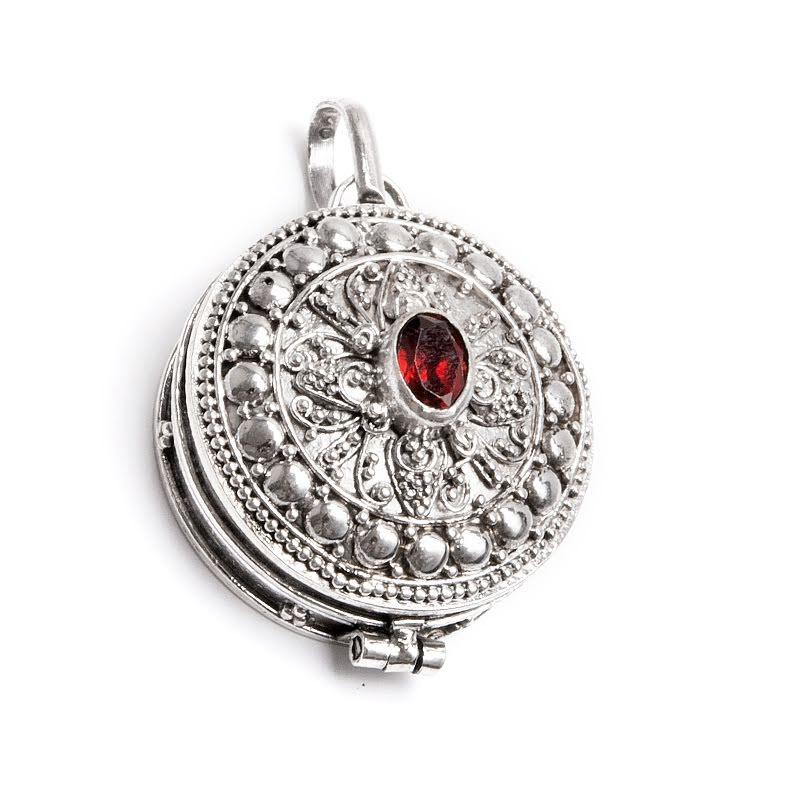 Medaljong, hänge i silver med granat