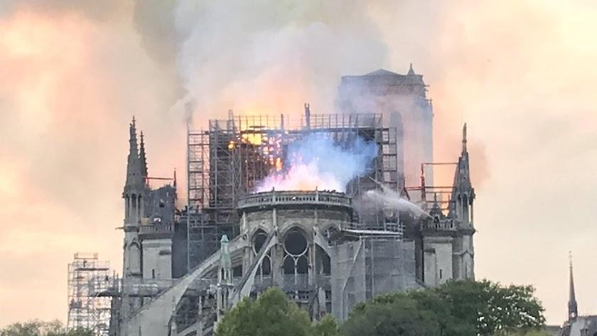 La catedral, ya sin la característica aguja (Foto: @MassonTom1).