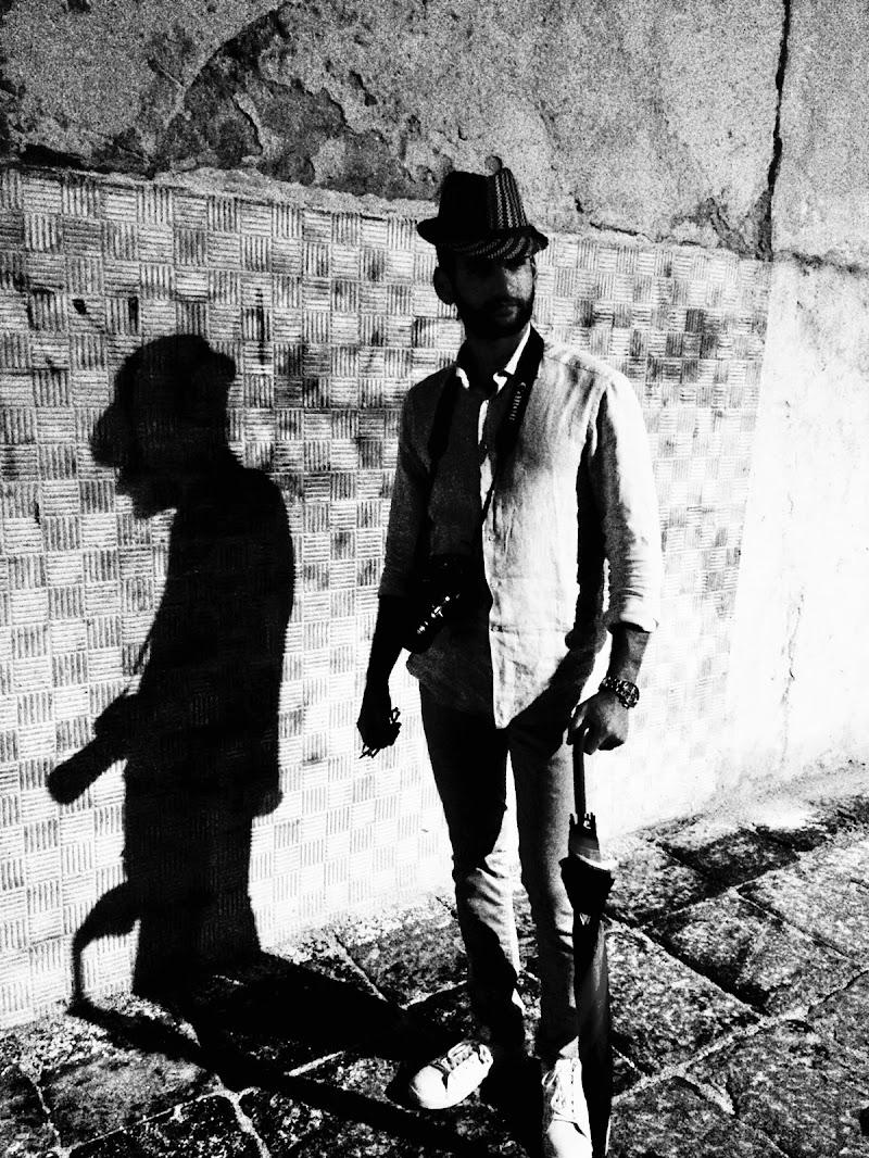 L'uomo con cappello e ombrello  di AngeloEsse