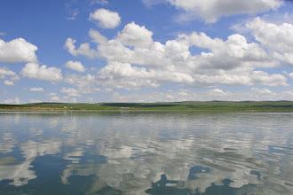 Photo: Lac Ogii - il faut environ 1 heure pour faire le tour de ce petit lac (25 km²). L'alliance de l'eau et de la steppe renouvelle agréablement le paysage.