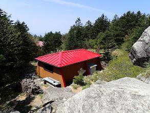 岩の上から避難小屋