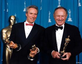 """Photo: Cint Eastwood na noite do Oscar com suas duas estatuetas (melhor filme e diretor) e Gene Hackman com a de melhor ator coadjuvante, ambos por """"Os imperdoáveis""""."""