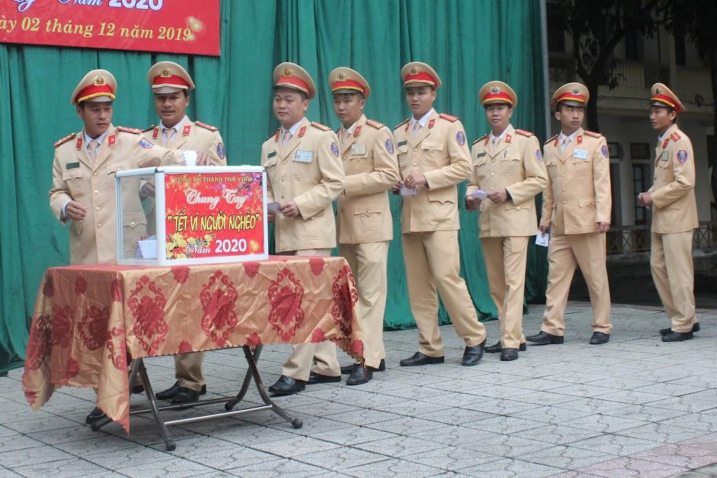 Lãnh đạo, CBCS Công an TP Vinh quyên góp ủng hộ Tết vì người nghèo