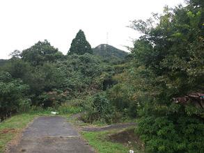 道の奥(右)が登山口