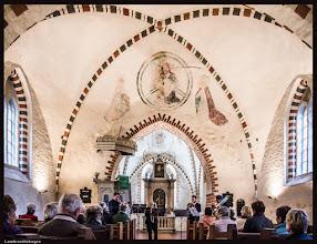 Photo: Lambrechtshagen wurde am 8. Juli 1233 in einer Urkunde des Bischofs Brunward erstmals urkundlich erwähnt. Die Kirche ist ein einschiffiger Bau, der Chor ist der älteste Teil und aus Feldsteinen gefertigt und von einem Gewölbe abgeschlossen. Man kann ihn noch in die Übergangszeit von der Romanik zur Gotik einordnen, die schlitzförmigen Lichtöffnungen weisen darauf hin. Das gotische Langhaus aus Ziegeln wurde später gebaut, Bauzeit war zum Ende des 14. Jahrhunderts. Aus dieser Zeit sind noch Deckenmalereien im Gewölbe zu sehen.