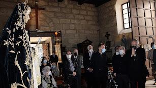 Mons. Antonio Gómez junto a los párrocos de Santiago y de Antas y el consiliario de la Agrupación con la Hermandad de la Soledad.
