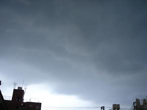 Photo: 2008年09月07日 ゲリラ雷雨  今日も夕方、出かける寸前、 雲行きが怪しくなってきた 少し早めに出かけていればと思いつつ 黒い雲が迫ってくる・・