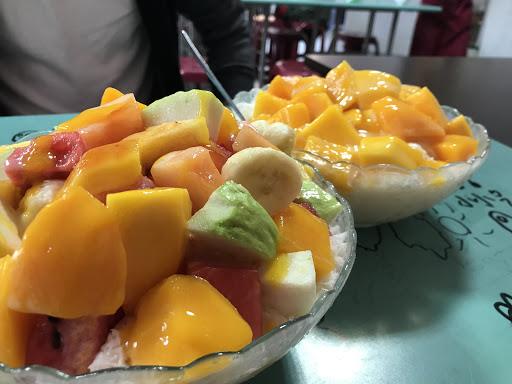 冰的份量超級巨無霸,雪花冰味道是一般的牛奶味,水果的雪花冰含至少五種不同的水果,吃的很滿足