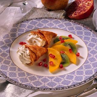 Apfelcrêpes mit Vanille-Sahne und exotischen Früchten