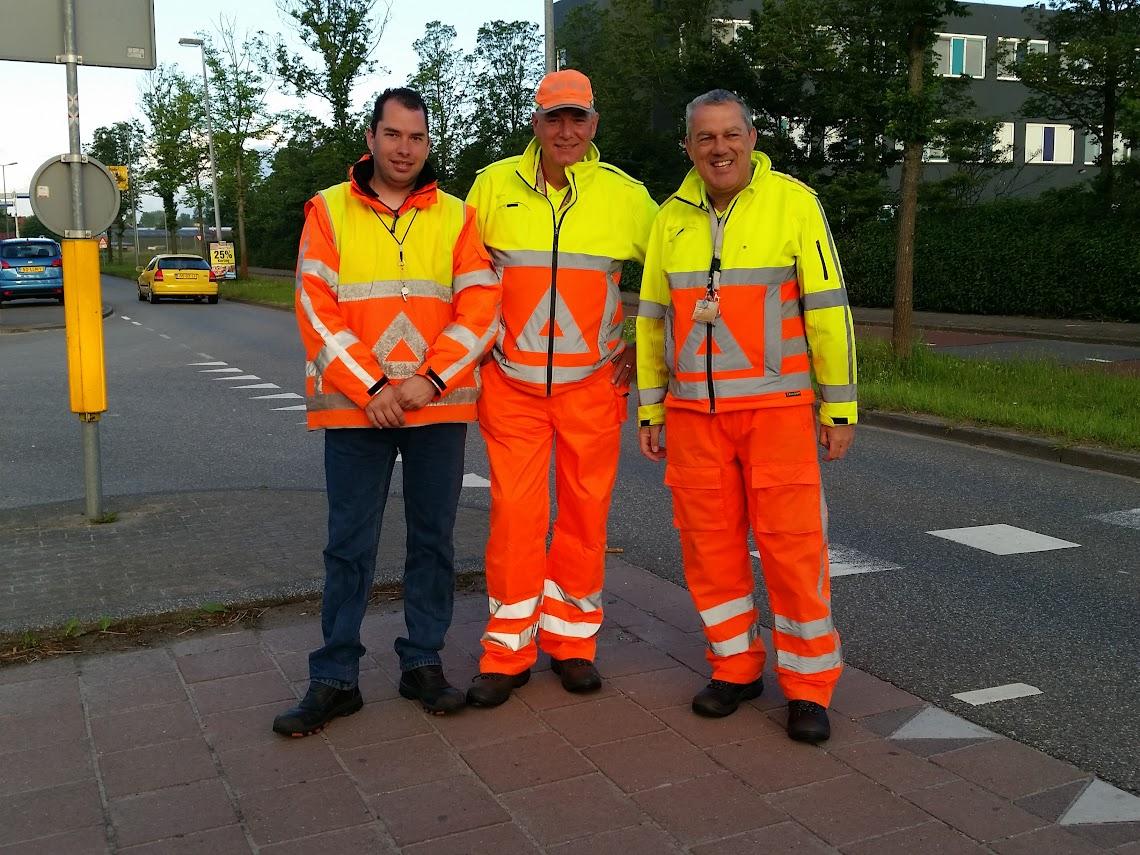 De vrijwilligers van de SVA zorgen voor een veilige oversteek
