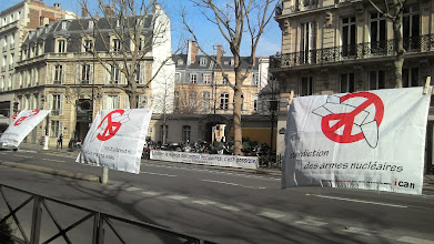 """Photo: Nous demandons """"l'interdiction des armes nucléaires""""."""