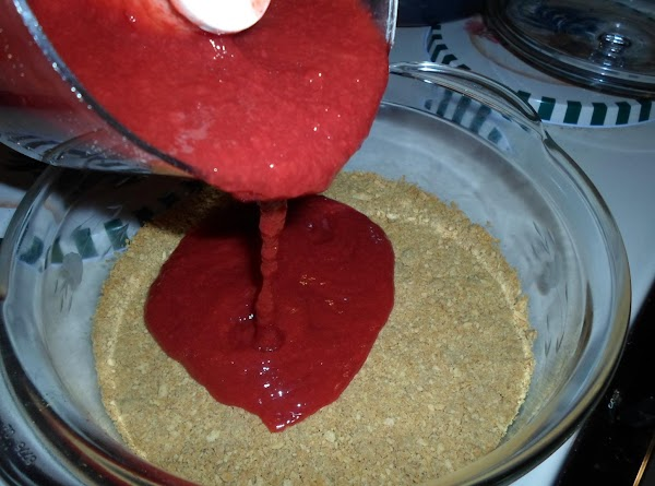 After the crust have cool down, pour the puree cherries over the crust.