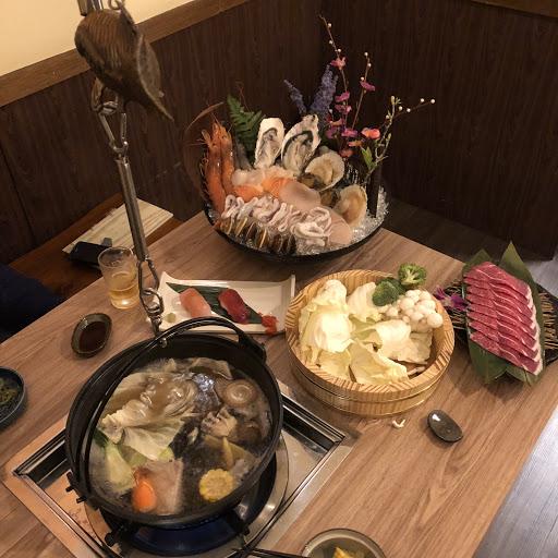 裝潢非常的日式風格有身在日本的錯覺 兩人鍋物有三種價位1800 2800 3800 內容物的差別是龍蝦帝王蟹及其他小菜 但是1800價位就很夠吃,吃的很撐。 海鮮新鮮湯頭清淡,店家現在打卡還有贈送一份