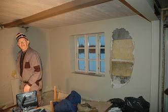 Photo: Nedbrydningen startet. Lars og en ven havde fjernet noget gulv. Erik blev chokeret, da han så der ikke var mere isolering i væggen.