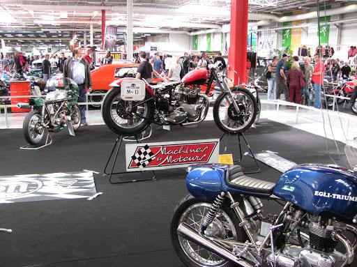 le-stand-des-machines-de-courses-anglaises-a-motorama-machines-et-moteurs-etait-present