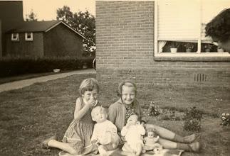 Photo: Aaltje Nijhof en Marchie Mennega met baby Roelf Weijer en de poppen