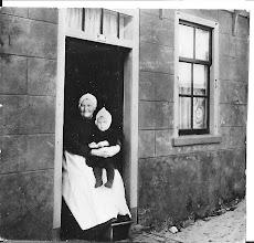 Photo: Een verre familie, heerlijk met haar voeten op de stoof.