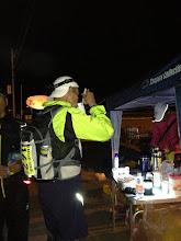 Photo: だんだん暗くなってきた。タープを立てて、エイド完成。ランナー達がやってくる。かすみがうらマラソンにけいくんがもってきてくれたお味噌汁の素を使って、まずは暖かい汁物を提供。