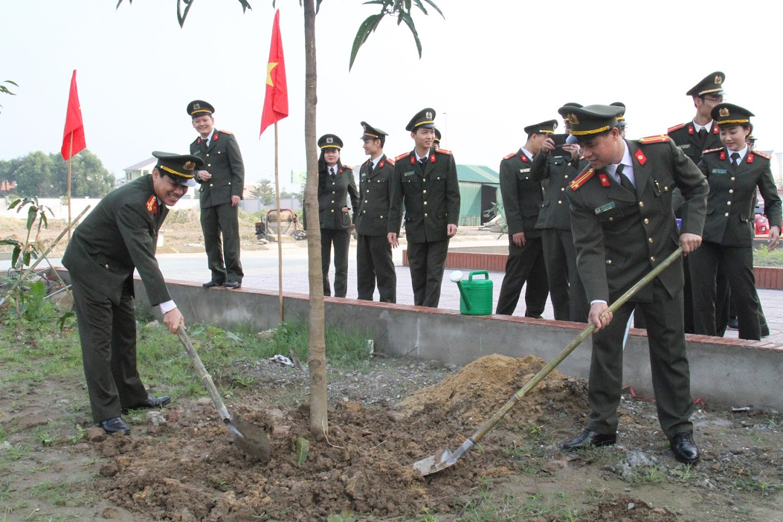 Các đồng chí Lãnh đạo Công an tỉnh và lãnh đạo các phòng tham gia trồng cây