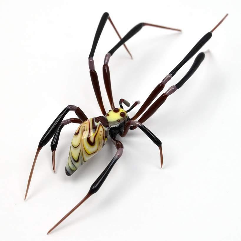 Insectos de vidrio son lo suficientemente pequeños para equilibrarse en la punta de su dedo.