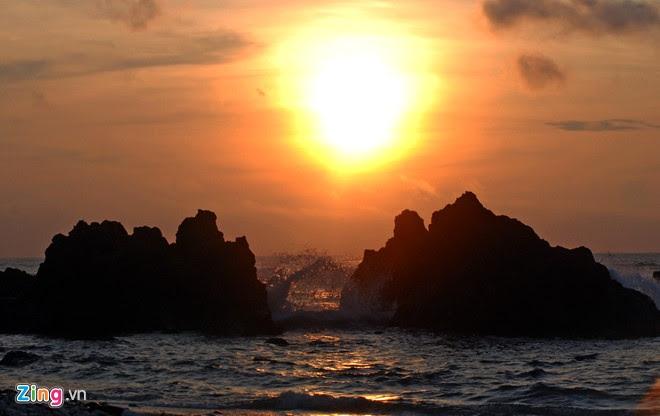 Bình minh như lọt thỏm, tỏa sáng giữa hai cụm đá trầm tích núi lửa ở xã đảo An Bình (đảo Bé).