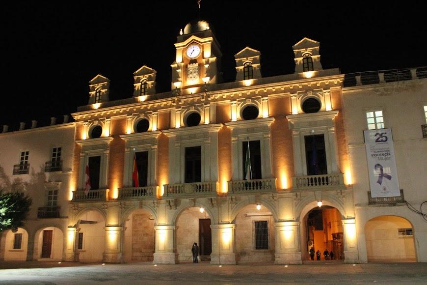 El Ayuntamiento de Almería iluminado de naranja por el Día Mundial del Síndrome de Asperger.