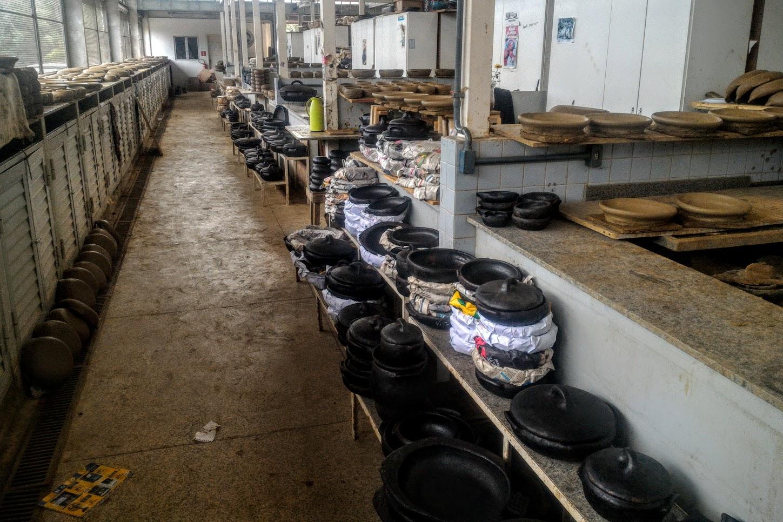 Galpão da Associação das Paneleiras de Goiabeiras, onde se fabrica a tradicional panela de barro