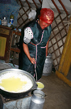Photo: 03168 ブルド/ハスバータルイ家/シャル・トス(乳製品)作り/ウルムを弱火で煮ると、液体のシャル・トスと残りのツァガーン・トスができる。