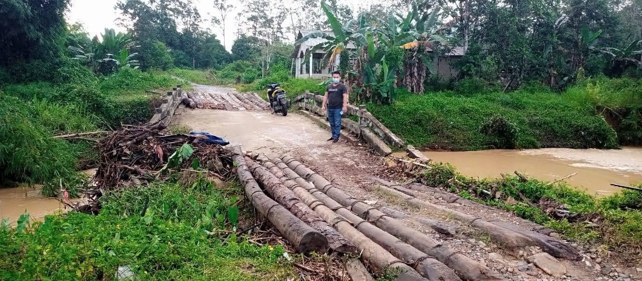 Kondisi Jembatan Menuju Desa Karya Bakti Rusak Parah Perlu Penanganan Serius